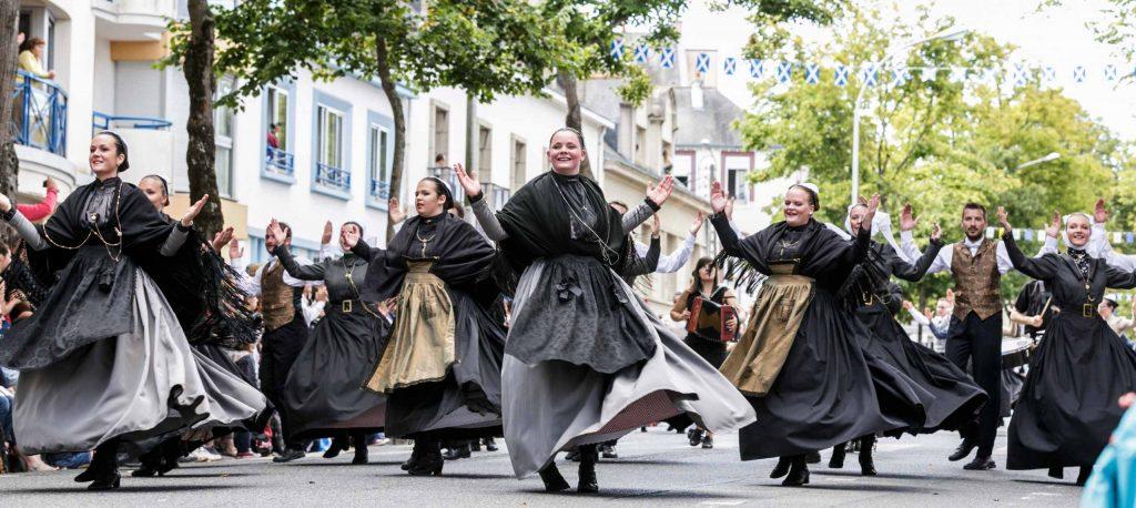 Filaj avec danseuses bretonnes